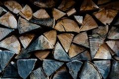 在堆堆的木柴外面 库存照片