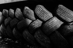 在堆堆积的使用的汽车轮胎 免版税库存图片