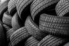 在堆堆积的使用的汽车轮胎 图库摄影