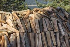 在堆堆积的木柴日志 免版税库存照片