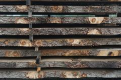在堆堆积的被锯的日志在锯木厂 库存图片