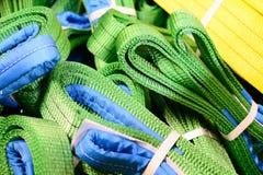 在堆堆积的绿色尼龙软的起重吊具 库存图片