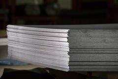 在堆放置的不锈钢板料 免版税库存图片