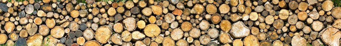 在堆放置的干燥木柴 免版税库存照片