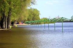在堆春天期间,空的海滩遮篷用水充斥了 库存图片