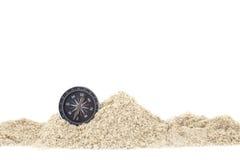 在堆沙子的指南针,文本的白色背景拷贝空间 免版税库存图片