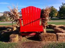 在堆的一把红色椅子干草 库存图片