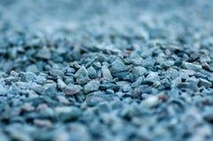 在堆的一chovel灰色石渣 免版税图库摄影