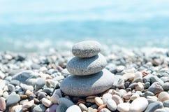 在堆的三块石头在海附近 库存图片