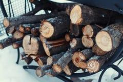 在堆的切好的木柴在雪 库存照片
