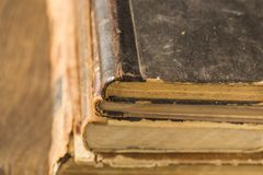 在堆的古老书谎言 免版税库存图片