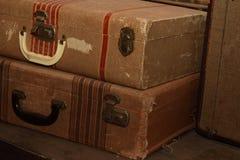 在堆的古色古香的手提箱 免版税图库摄影
