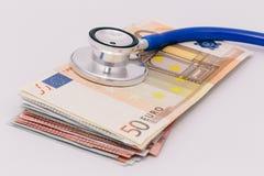 在堆的听诊器欧洲钞票 库存图片