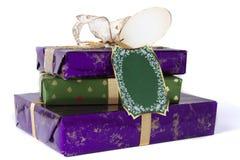 在堆的圣诞节礼物与弓 库存图片