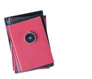 在堆的指南针书 免版税库存照片