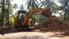 在堆的挖泥机开掘的和登陆的土壤 股票视频