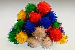 在堆的明亮,olourful pom poms 免版税库存图片