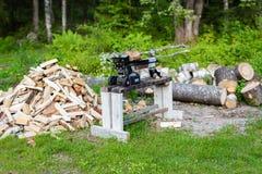 在堆的木柴在伐木工人旁边 免版税库存照片