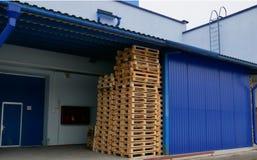 在堆的板台在生产仓库里 免版税库存图片