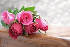 在堆的桃红色玫瑰玫瑰在木地面开花 库存图片