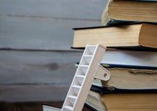 在堆的梯子旧书 免版税库存图片
