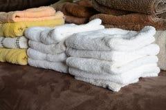 在堆的毛巾在洗衣店以后 免版税库存图片
