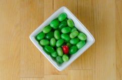 在堆的红色软心豆粒糖绿色软心豆粒糖 免版税库存照片