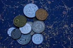 在堆的老肮脏的硬币在桌上 免版税图库摄影