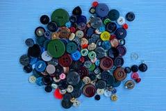 在堆的色的按钮在一张蓝色桌上 库存图片
