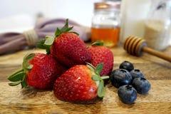 在堆的草莓用蓝莓 库存照片