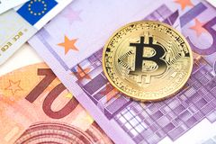 在堆的金黄bitcoin各种各样的欧洲钞票背景 Cryp 库存图片