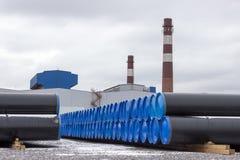 在堆的钢煤气管在工厂的露天仓库 免版税图库摄影