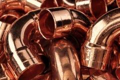 在堆的铜管子 抽象背景 免版税图库摄影