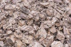 在堆的黏土地球在挖掘坑以后 免版税库存图片
