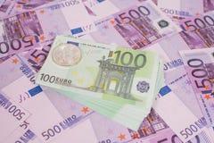 在堆的Bitcoins五百张和一百张欧洲钞票 图库摄影