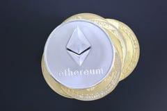 在堆的Ethereum其他cryptocurrency altcoins 隐藏curr 免版税库存照片