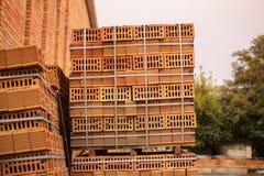 在堆积的穿孔的橙色砖块 库存图片