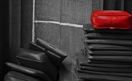 在堆顶部的红色坐垫 免版税图库摄影