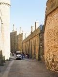 在堡垒之间的游人围住沃龙佐夫宫殿 免版税库存图片