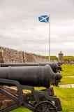 在堡垒乔治,苏格兰旗子的大炮在背景中 库存图片