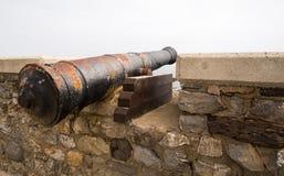 在堡垒墙壁上的古老枪 库存照片