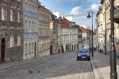 在堡垒墙壁附近的五颜六色的房子在老镇在华沙 樱桃绽放 免版税库存照片