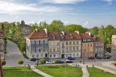 在堡垒墙壁附近的五颜六色的房子在老镇在华沙 免版税图库摄影