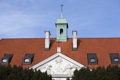 在堡垒墙壁附近的五颜六色的房子在老镇在华沙 免版税库存图片