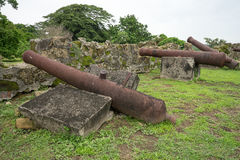 在堡垒废墟的老西班牙大炮 免版税库存照片