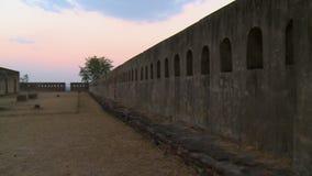 在堡垒的墙壁上的台阶 股票视频