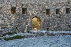 在堡垒的墙壁的窗口 免版税库存图片