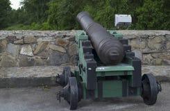 在堡垒的石墙上的大炮 图库摄影