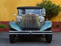 在堡垒的被修补的路面的老美国汽车在市丰沙尔,马德拉岛 免版税库存照片
