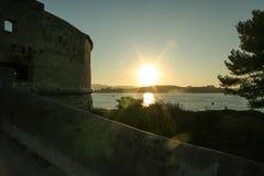 在堡垒Balaguier在地中海,圣徒Mandrier区的日落,在市土伦,法国海滨的 库存照片